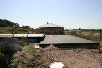 21.8.2010 izolace komplet hotová, betonuje se pochozí betonek
