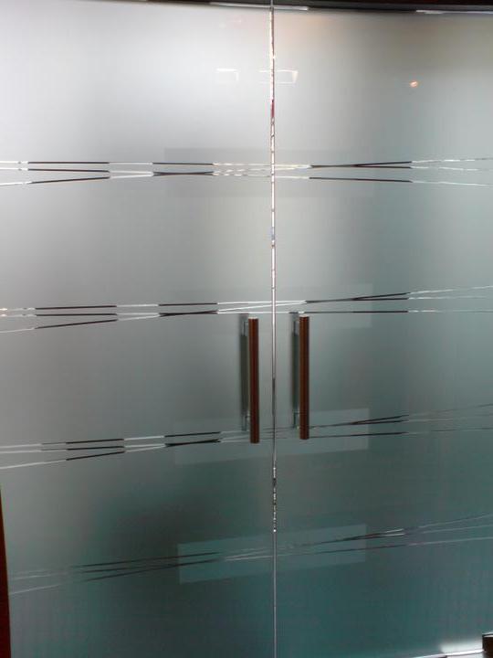 Skřín, šatna, chodba - do chodby by měly být jednokřídlé kyvné dveře skleněné (lítačky) jen nevím, zda zvolit nějaké gravírování, či nechat jen matné