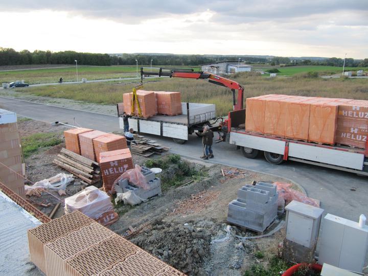 Stavba domu - 17.9.2010 a jsou tu další cihly, a je vidět i založený první řádek patra