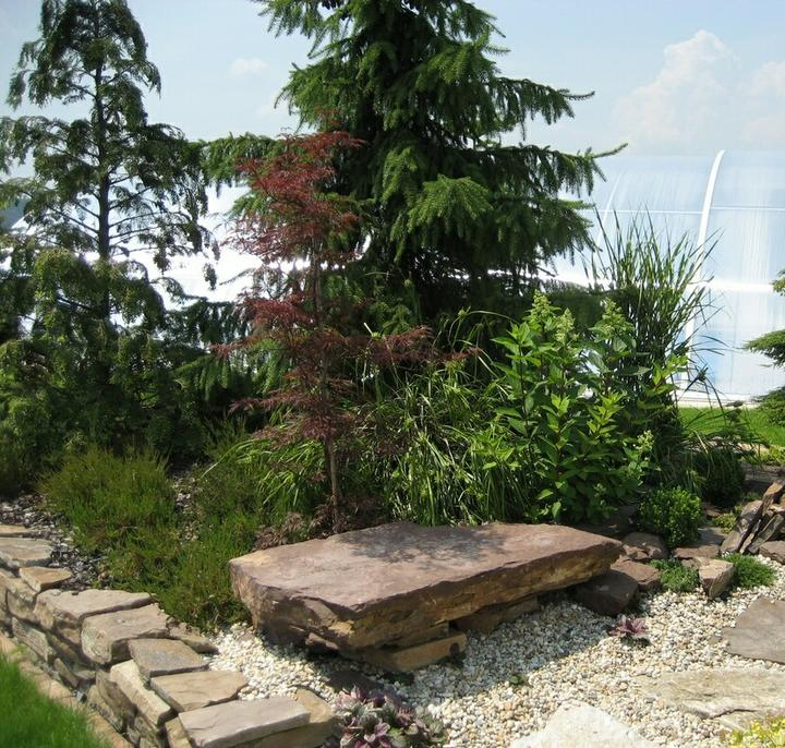 Zahrada - kamenna lavice, to by mohlo byt u jezirka
