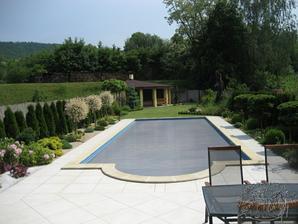 tak jak je tu leva strana bazenu, tak to jsem se snazila vytvorit naproti domu