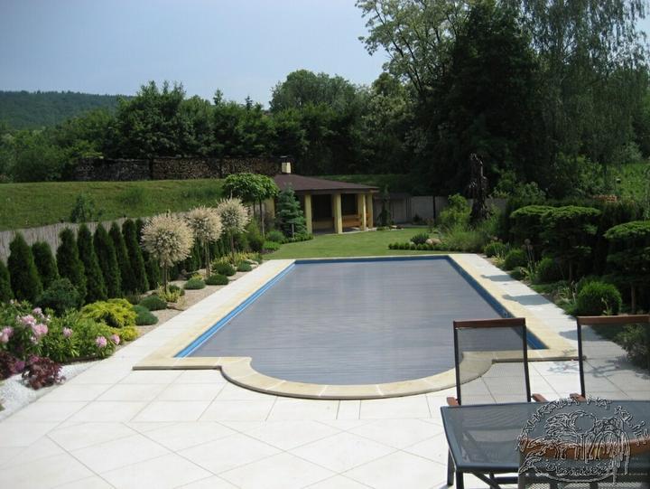 Zahrada - tak jak je tu leva strana bazenu, tak to jsem se snazila vytvorit naproti domu
