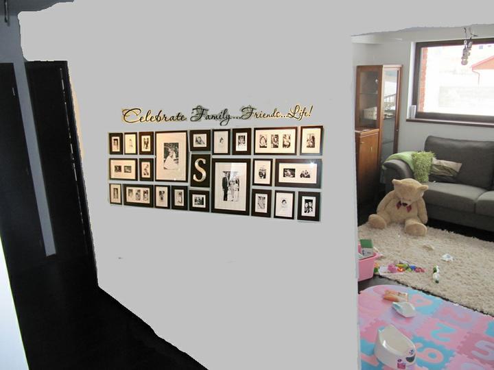 Skřín, šatna, chodba - fotky na stene - pohled ze schodu