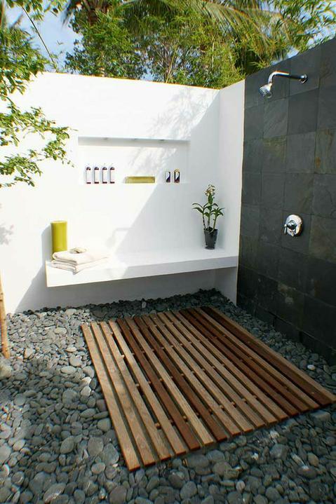 Zahrada - krásná sprcha - že by k bazénu?