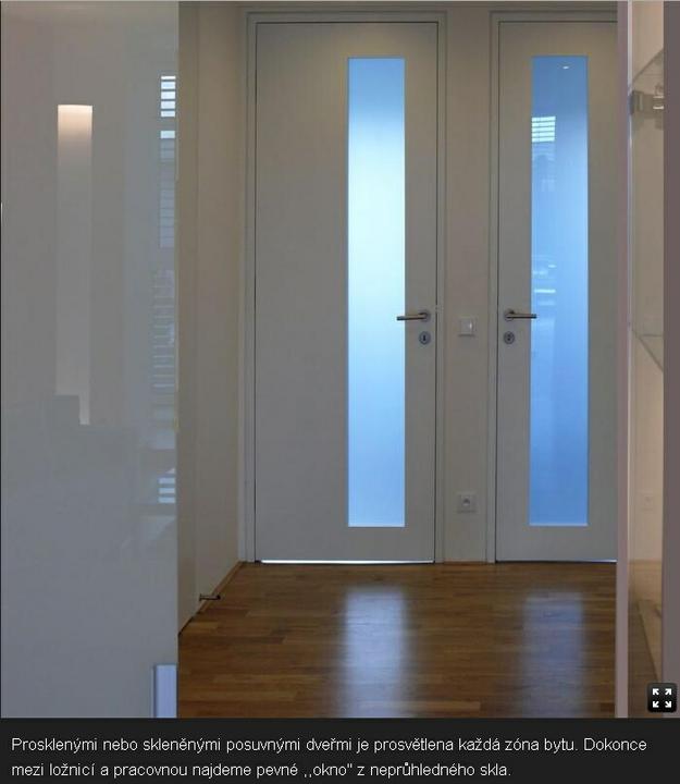 Obývací pokoj, jídelna a kuchyň realita - V hledacku jsou ty posuvne dvere, jak je videt jen kousicek, pisou, ze je to sklo, ale me to prijde jako lakobel? A ta uzasna uchytka!!!! Presne takove chci!