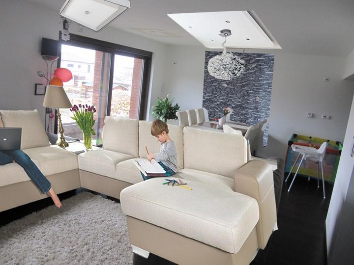Obývací pokoj, jídelna a kuchyň realita - za stolem kámen, světelná rampa + lustr
