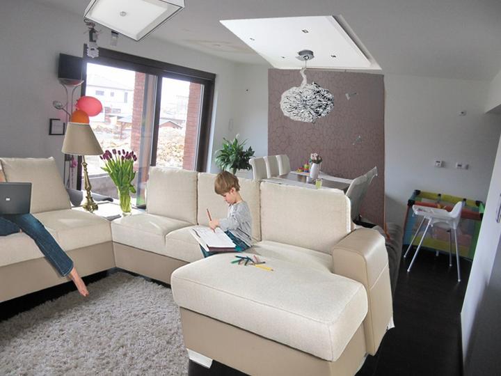 Obývací pokoj, jídelna a kuchyň realita - za stolem tapeta, rampa + lustr