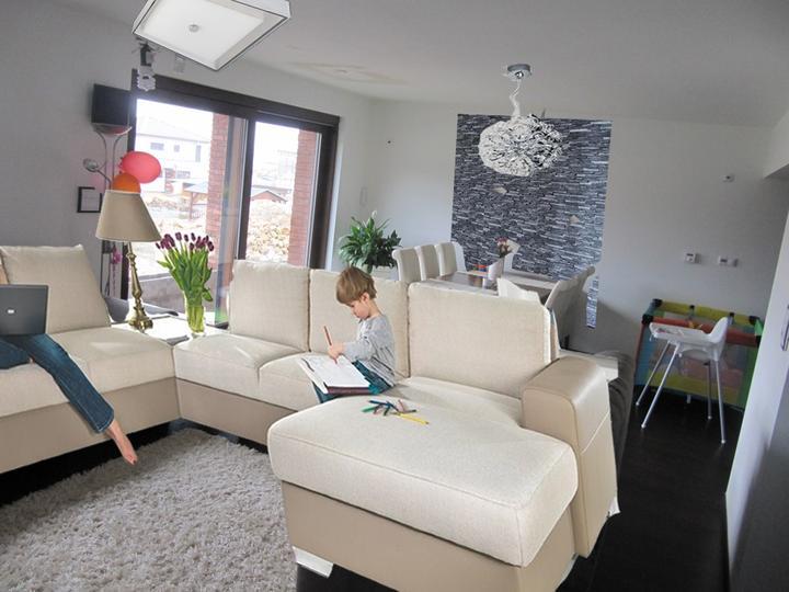 Obývací pokoj, jídelna a kuchyň realita - za stolem kámen + lustr, bez světelné rampy
