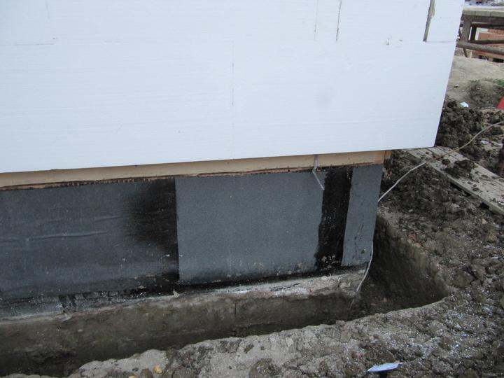 Stavba domu - bez lišty mezi fasádním a extrudovaným polystyrenem