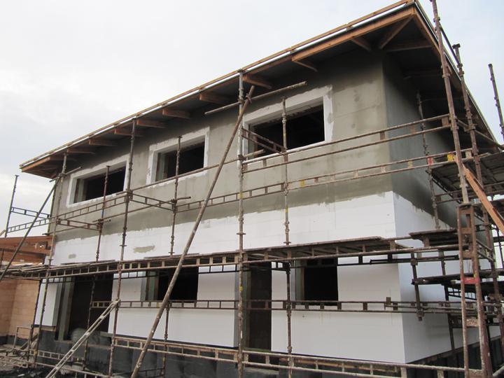 Stavba domu - 10.11.2010 horní část zakotvena + perlinka