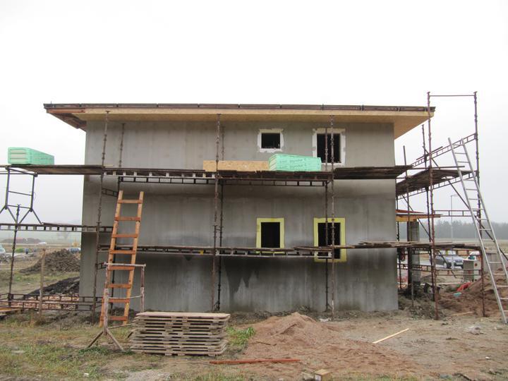 Stavba domu - 17.11.2010 a je po barvičkách + osb deska pod strechou