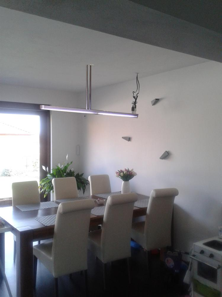 Obývací pokoj, jídelna a kuchyň realita - nad stul jednoduche svetlo