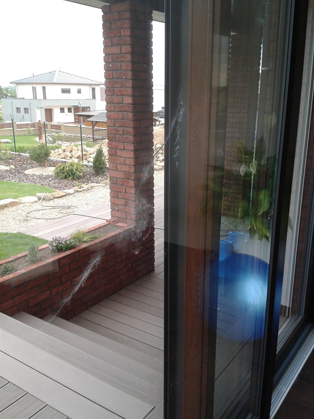 Stavba domu - 27.4.2014 - rána jako z děla a na skle obtisk holuba :)