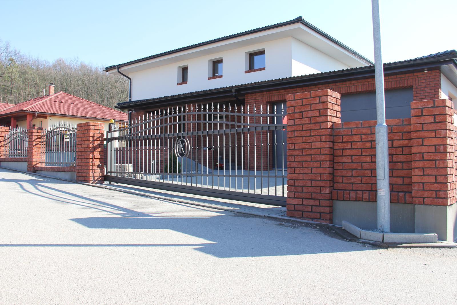 Stavba domu - 23.2.2014 - máme bránu, máme plot
