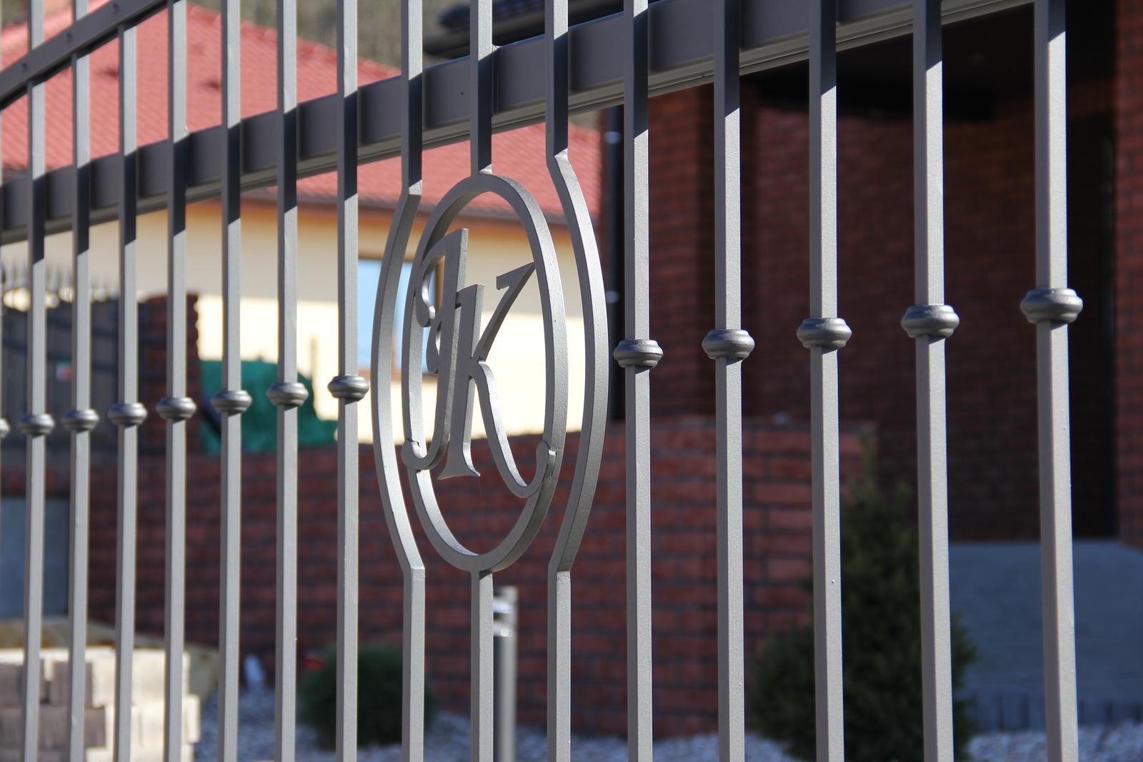 Stavba domu - 23.2.2014 detail iniciálů na bráně