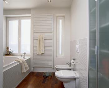Mala panelakova koupelna - kombinace hnědá dlazba, bílá mozaika
