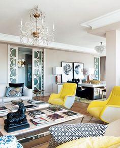 Pracovna, vestavěné skříně - pěkná barevná kombinace, béžová výmalba, žluté křesílko
