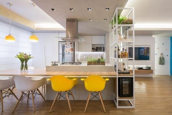 Pracovna, vestavěné skříně - 2 žluté židličky - asi budou spíše dřevěné, rostoucí, aby na nich děti dobře seděli