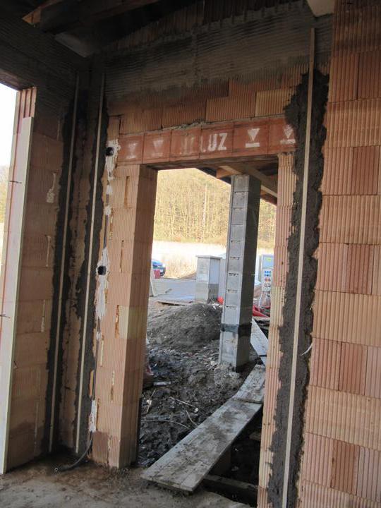 Stavba domu - 7.2.2011 příprava na omítnutí u garážových vrat