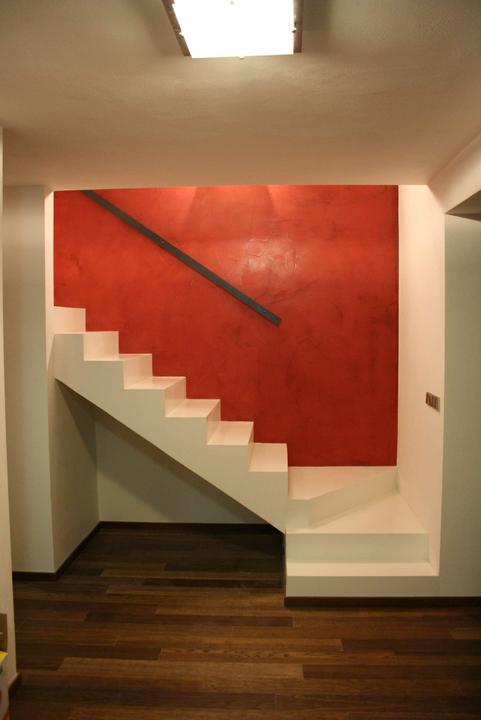 Obývací pokoj a kuchyn ispirace - budeme mit bile schody - steny okolo schodu budou take bile