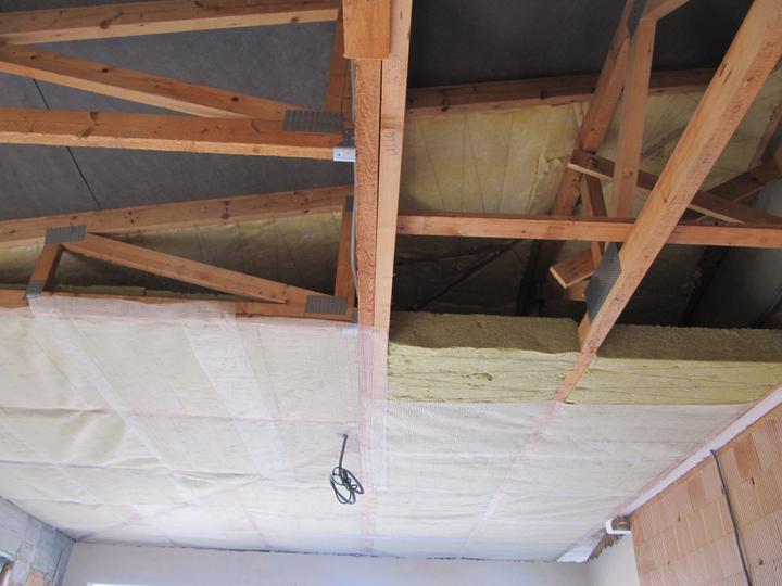 Stavba domu - 20.2. 2011 druhá vrstva orsil UNI 20cm + upevneno perlinkou
