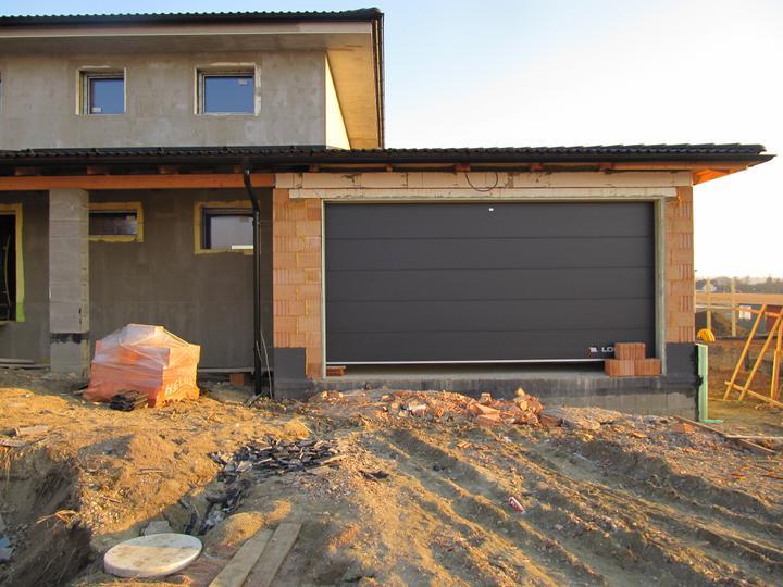 Stavba domu - 23.2.2011 máme garážová vrata