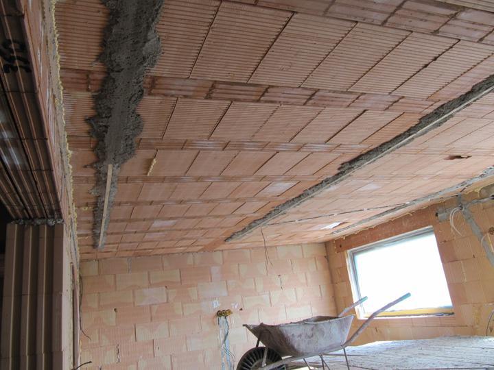 Stavba domu - 3.4.2011 začátek omítek stropy