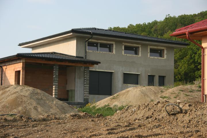 Stavba domu - 4.5.2011 máme předokenní rolety