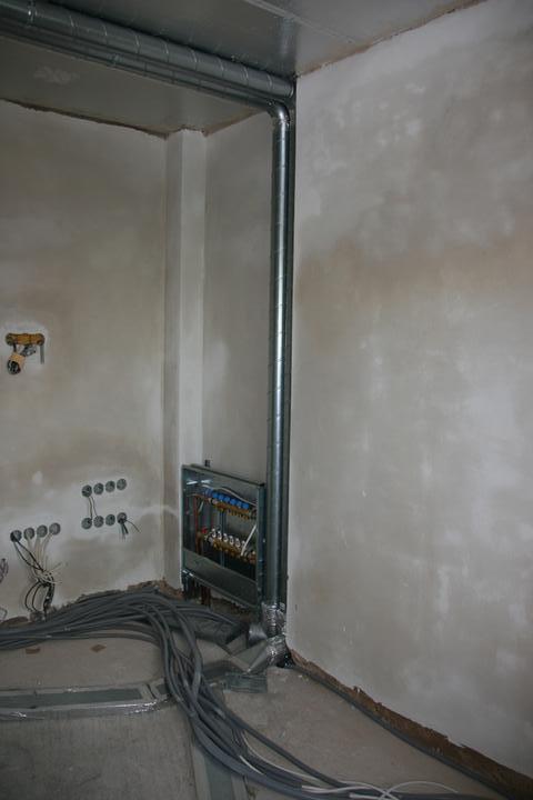 Stavba domu - 4.5.2011 máme rozdělovač topení a rekuperaci