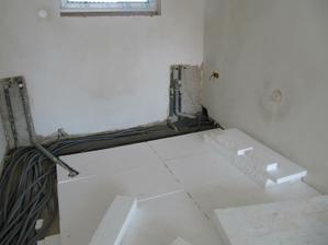 16.5.2011 pokládání polystyrenu v přízemí - toto je zrovna kuchyn