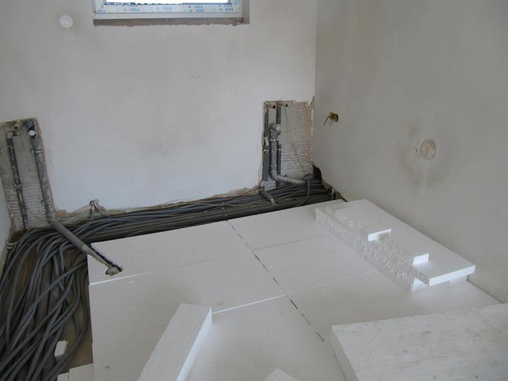Stavba domu - 16.5.2011 pokládání polystyrenu v přízemí - toto je zrovna kuchyn