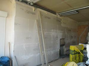 4.7. 2011 zateplena stěna mezi domem a garáží