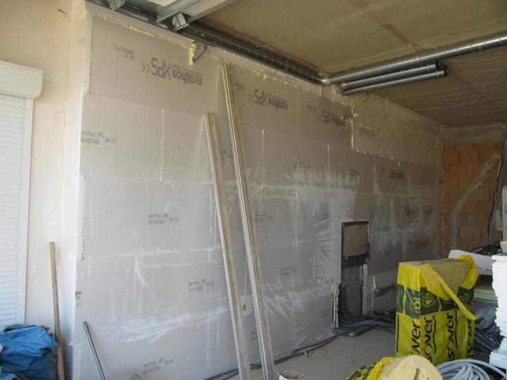 Stavba domu - 4.7. 2011 zateplena stěna mezi domem a garáží