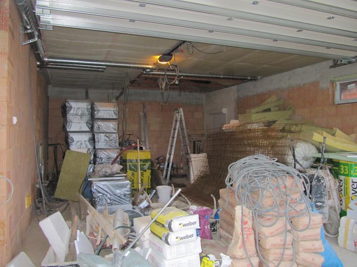 Stavba domu - 31.5.2011 ještě že máme garáž :)
