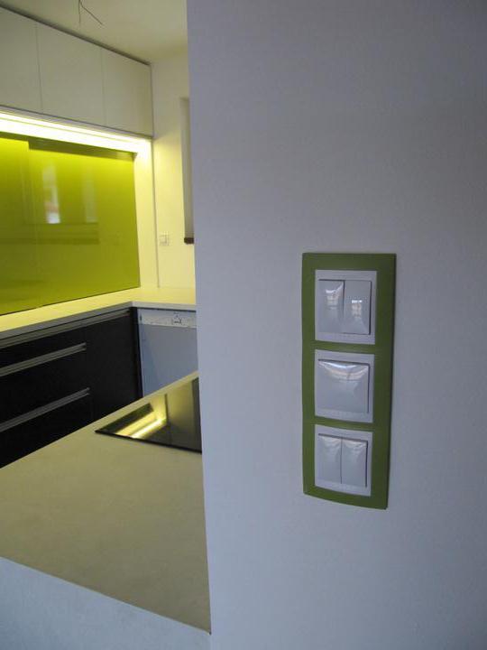 Obývací pokoj, jídelna a kuchyň realita - ačkoliv to na fotce neni poznat, tak vypinac i zelena deska v kuchyni jsou ve stejnem odstinu