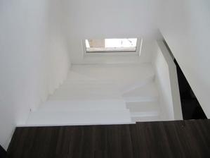 naše schody pohled z patra, zákaz kopírování bez mého souhlasu!