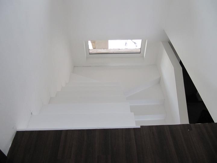 Obývací pokoj, jídelna a kuchyň realita - naše schody pohled z patra, zákaz kopírování bez mého souhlasu!