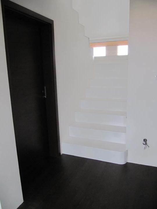 Obývací pokoj, jídelna a kuchyň realita - naše schody pohled z přízemí, zákaz kopírování bez mého souhlasu!