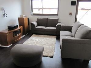 Naše původní sedačka ikea, kterou jsme vyreklamovali a vybrali jsme si jinou - pohled od schodu
