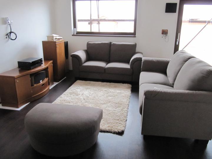 Obývací pokoj, jídelna a kuchyň realita - Naše původní sedačka ikea, kterou jsme vyreklamovali a vybrali jsme si jinou - pohled od schodu
