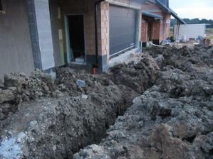 4.8.2011 vykopáno pro napojení kanalizace, vody a plynu