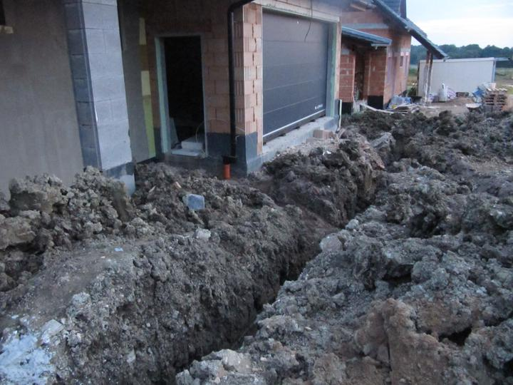 Stavba domu - 4.8.2011 vykopáno pro napojení kanalizace, vody a plynu