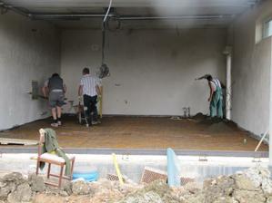 8.8.2011 betonuje se podlaha v garáži