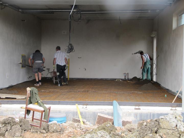 Stavba domu - 8.8.2011 betonuje se podlaha v garáži
