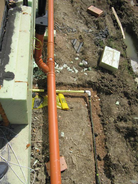 Stavba domu - 6.8.2011 plyn a kanalizace hotová