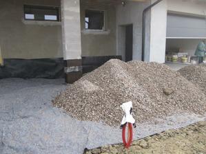 14.11.2011 první štěrk na úpravu plochy před domem