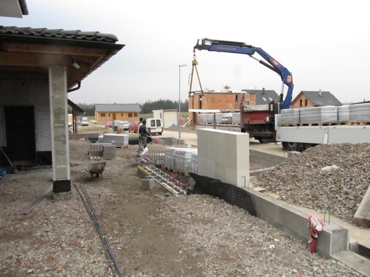 Stavba domu - 30.11.2011 přivezli nám zámkovou dlažbu