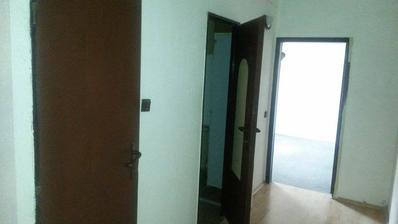 PRED - WC a kúpeľňa, vchod do detskej, zatiaľ pracovno-hosťovskej - bordel izby :)