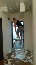 Strhávame polystyrén zo stropu