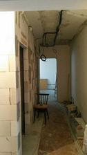 kúpeľňu sme zväčšili o 10cm do šírky aj hĺbky ... zmenšili sa dvere, ale tá kúpeľňa mi za to stojí :)